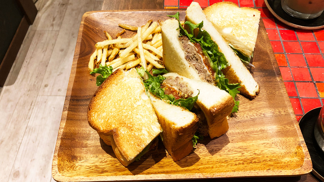 カフェ「ヒカリノアトリエ」のレギュラーメニュー「ハンバーグのトーストサンド」