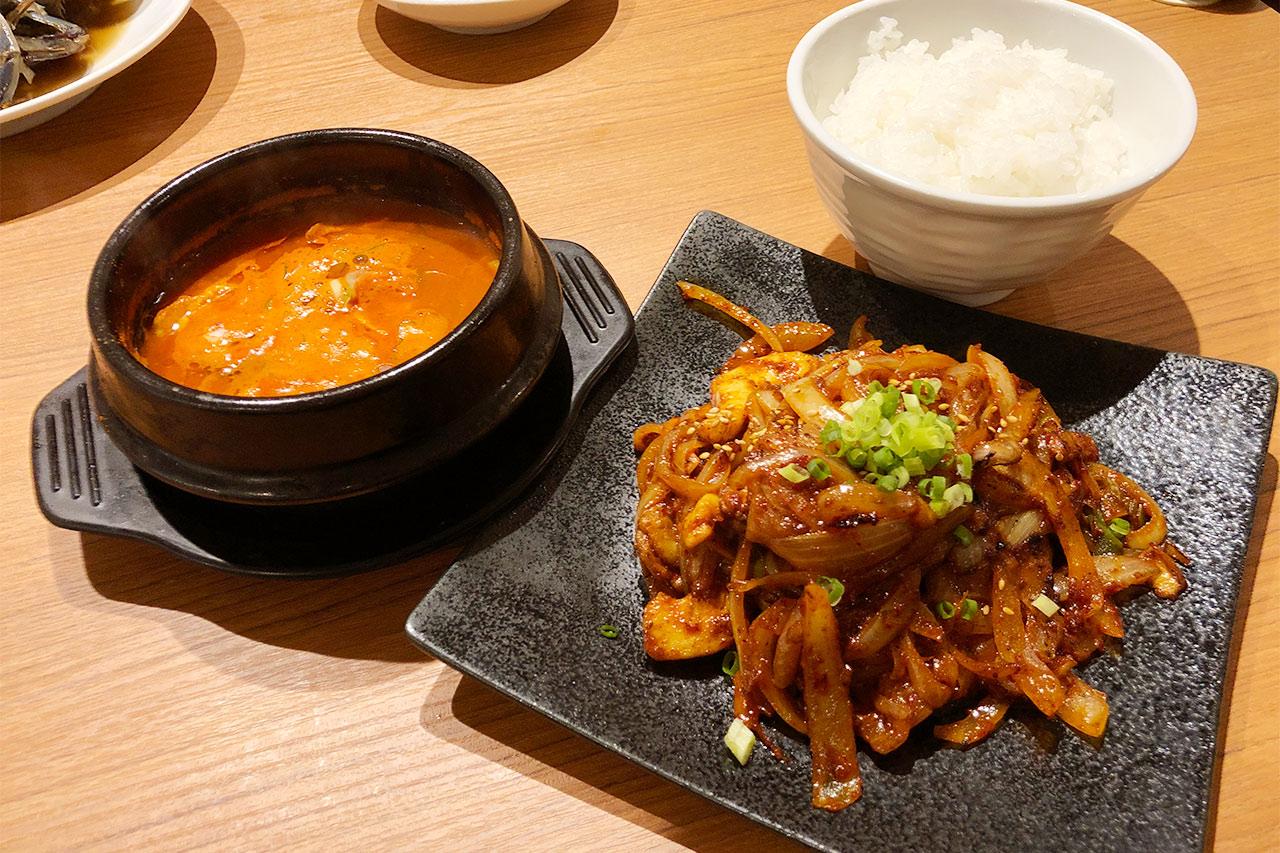 KollaBoのランチメニューの肉野菜炒め&純豆腐チゲ定食