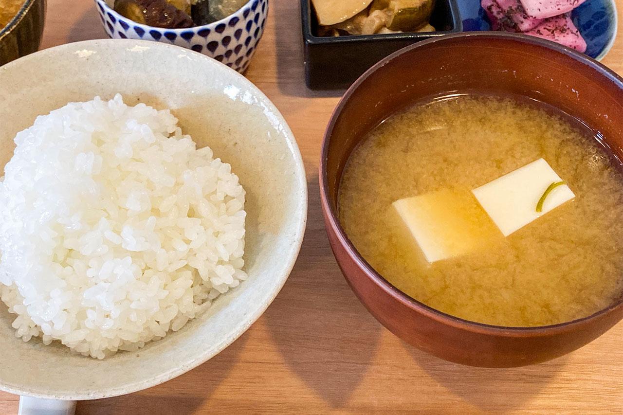 kenohi定食のごはんと味噌汁