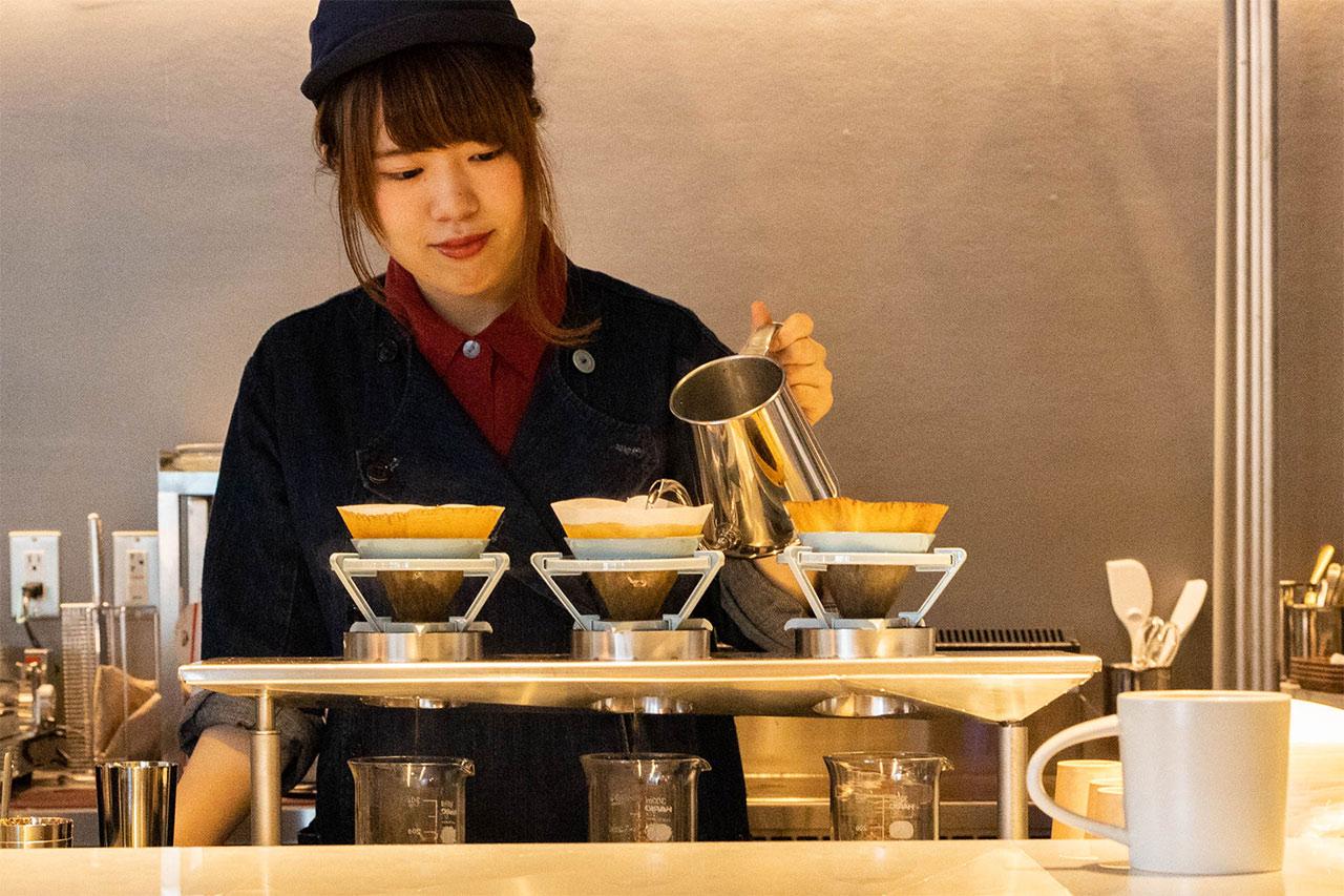 猿田彦珈琲武蔵小山店でコーヒーを淹れているところ